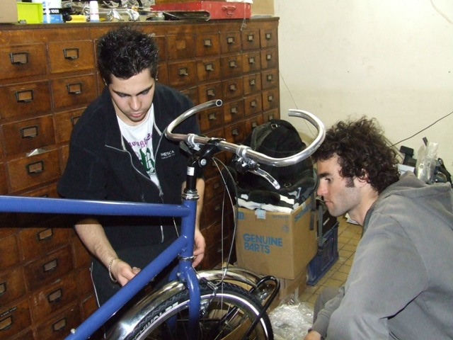 24 Apr 2008<br>Rando Cycles, ParisEn full assembly of the bike will then be lowered by poto Seb ... by Google Translate