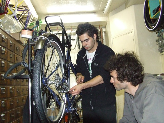 24 Apr 2008<br>Cycle touring, Paris, assembling my faithful steed, told The Bruiser by Google Translate