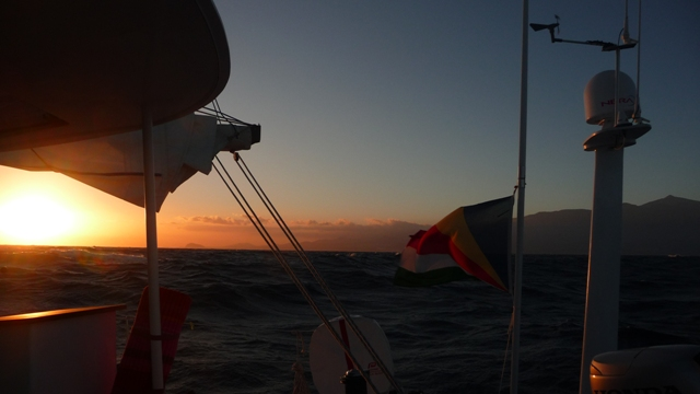 25 Oct 2008<br>Selya sailboat, off Tenerife, Canary Islands. <br> Sunset on the Teide mountain in Spain in the middle of the Atlantic. Geopolitical absurdity. by Google Translate