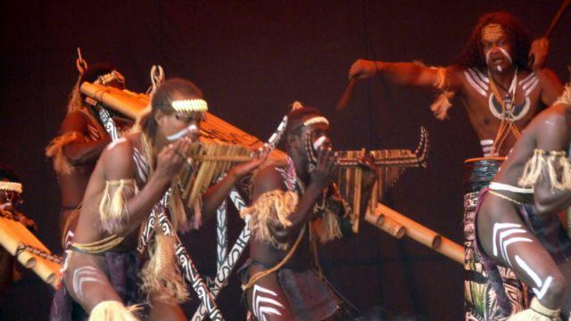 13 Sep 2010<br>Melanesian Arts Festival begins in style for our arrival! Chance! It&#39;s every 4 years and each time on one of the islands nearby. By a concert of traditional artists from Vanuatu. <br> Kone, New Caledonia by Google Translate
