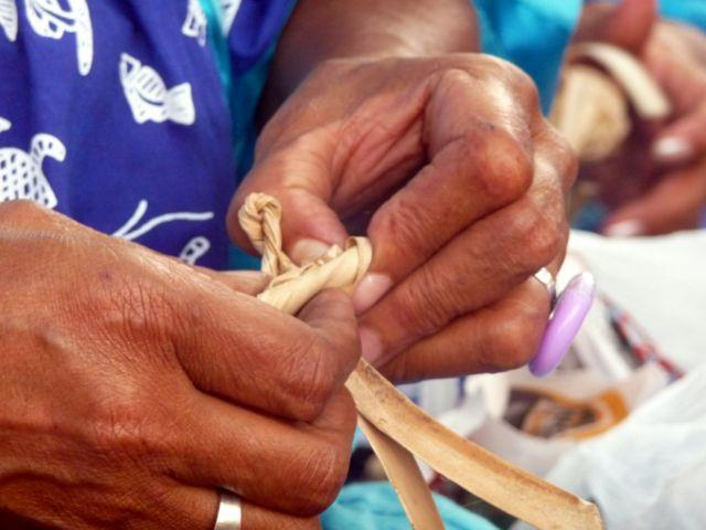 13 Sep 2010<br>Making a flower of pandanus. <br> Kone, New Caledonia by Google Translate