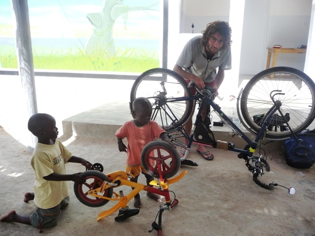 06 Nov 2008<br>Yeumbeul, Dakar. <br> Bicycle workshop in association Bidew Bi. by Google Translate
