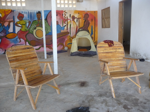 08 Nov 2008<br>Asked my friend Babs, known in Figeac, I set up a permanent camp mosquito (causing malaria) in the courtyard of the house. <br> Malika beach, Dakar. by Google Translate