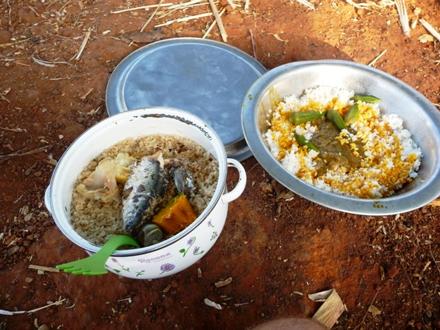 11 Nov 2008<br>Iron button dieng: Senegalese national dish: rice and fish sauce. What happiness! <br> Keur Koly, Pointe Serene, small coast of Senegal. by Google Translate