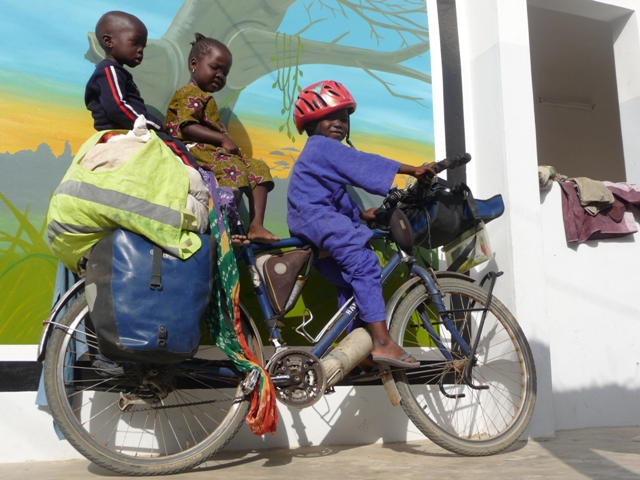 14 Nov 2008<br>Back to Bidew bi, children of the association will decide on their world tour. Three is better they say! Sure, but ... that pedal? <br> Association Bidew Bi, Al-Quarter Poular, Yeumbeul, Dakar by Google Translate