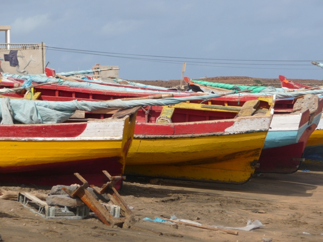 22 Nov 2008<br>Typical boats fishing in Cape Verde. Why boats while with gray color is more beautiful? <br> Baia das Gatas, Sao Vicente, Cape Verde by Google Translate