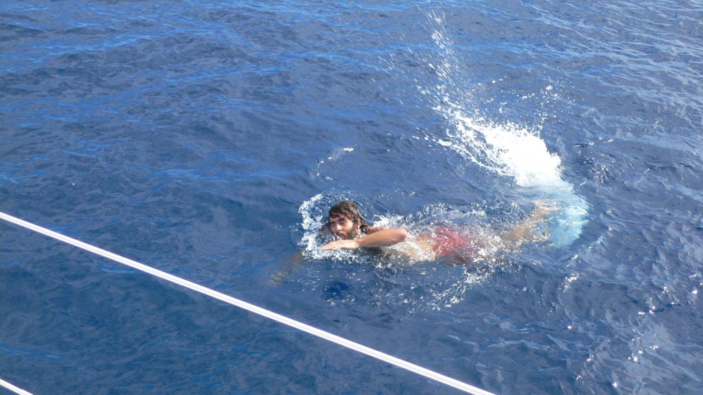 10 Dec 2008<br>Doldrums: place of calms interspersed with sudden blow <br> wind. This morning, no wind. So, swimming with 4000 m <br> background. An unforgettable experience! <br> Selya, Atlantic, between Cape Verde and Brazil by Google Translate