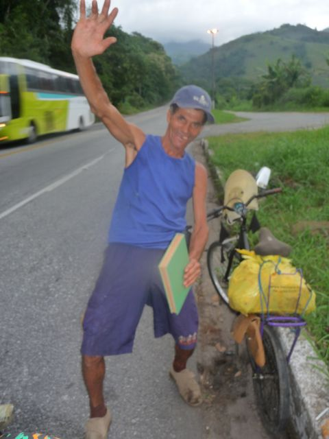26 Feb 2009<br>On the way to Sao Paulo, a cyclist end stiff, staggers a few greetings to me. Here one or two months he rolls, he went to Niteroi .. Two days on the road for me, another month for him? The cachaça is devastating in the lower social strata. One more who forgot to be unhappy. He offered me a pirate flag and a Bible in Portuguese. <br> Itaguai, Rio de Janeiro, Brazil