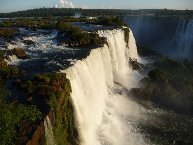 22 Mar 2009<br>Finally! A performance deserved after so many kilometers by bike. The Iguazu Falls mark the end of my journey from Brazil just over 3 months in the territory. Here the borders of Paraguay and Argentina join those of Brazil. The show is really impressive. <br> Iguazu Falls, Parana, Brazil