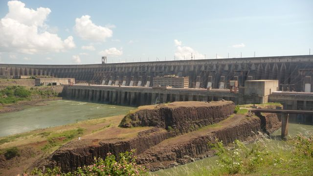 23 Mar 2009<br>The Itaipu Dam on the Parana River produces a huge amount of hydroelectric power truly impressive. Only 7% are sufficient to supply all across Paraguay. The rest goes to Brazil, producing 20% ​​of the energy of the country. That, they say, the biggest and the best dam in the world. <br> Itaipu, Parana, Brazil.