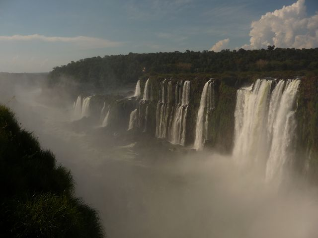 25 Mar 2009<br>View of the Iguaçu Falls on the Argentine side. We have before us Brazil. Both sides of a national park guard securely access become stupidly paid. With Frank we resquillons entry through the jungle, a place like that does not have to be paid! Made to pay the mountain while you're there (oh yeah sorry it's already done!)! <br> Iguazu Falls, Parana, Brazil