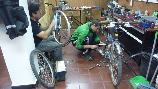 05 Jun 2009<br>After 12,000 km, and given the price of Chile, it changes the whole transmission of the adventurer: chain, pedals, rear axle, cassette. Only the derailleur is in place. <br> Santiago, Chile