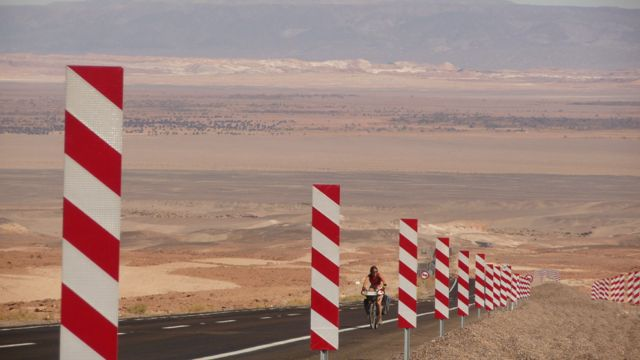 04 Aug 2009<br>50 km of climbs to 10% in a straight line takes us from 2300m to 4600m above sea level on the famous high plateau in a day of terrible effort. Behind us the Salar de Atacama take unforgettable colors. <br> San Pedro de Atacama, Chile