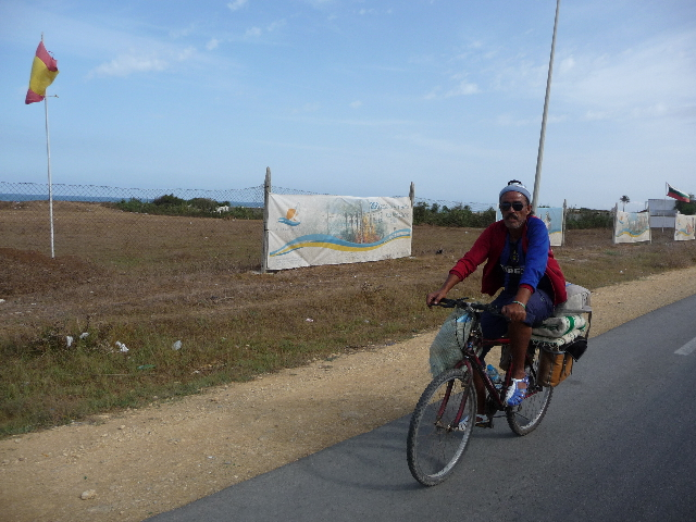 "Between Tangier and Asilah <br> Meeting Bobke, cycling Morocco. We will walk together for 3 days <br> memorable in many ways. It aligns ""120 kms per day"". Even when my meter (a <br> Sigma 906 anyway!) Definitely shows 42 kms ..."