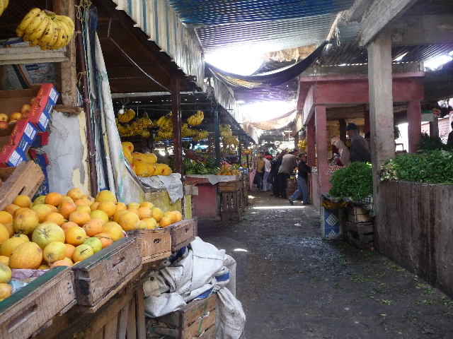 Settat, soukQuand traveling in Morocco, or any other Arab country, we always take a picture of a souk.N 'prevents these souks saves me in the stomach that it is the only one open in the day during this period of Ramadan. bouffistaille real oasis.