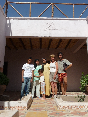 Aguergour, South Marrakech, cottage home Latifa. <br> Michael Diedrich, paraglider Marrakech m'aiguille to the cottage Latifa. I am the luxury <br> a few days at home, a walrus quieter during this stay there. <br> Lisa-the-blonde is the host of the second cottage. Paraglider too, for its part of Alsace. <br> Right to left: Saida, the youngest of Selma Latifa Latifa, and the boy's cottage (zapped <br> its name, it happens to all Alzheimer's age).