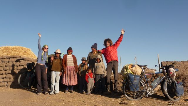 09 Oct 2009<br>We arrived at night near a farm. In the morning the children come to us, surprised to see these &quot;gringos con bicicletas&quot; in the bottom of their fields. Parents invite us for coffee heat familial.Lac Titicaca, Peru