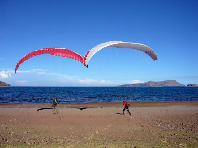 12 Oct 2009<br>Old friend Seb says Jojo (Jaja is in my team), joins us for three weeks of cycling paragliding in Peru. We are already facing us sailing against voile.Lac Titicaca, Peru