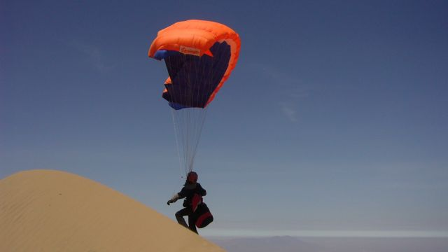 31 Oct 2009<br>Cerro Blanco is the highest dune in the world with 1500m of vertical sand and towering at 2200m above sea level. We leave one morning for the fall speed riding or paragliding according vent.Voila my old sailing parachute € 70 Seb brought with him. No elevators, no brake handle, the porous fabric to the extreme, the limit of the tear, the rule is simple: do not amount to more than 2m high and still provide for a possible sudden drop. All at over 80km / h. It&#39;s going to give! Cerro Blanco, Nazca, Peru