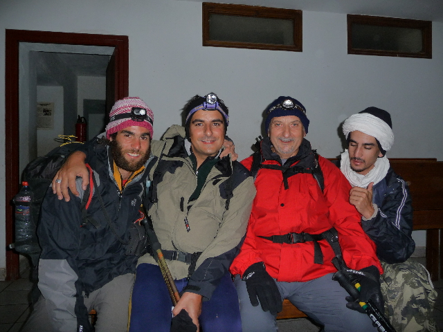 16 Sep 2008<br>Ifner Refuge (Toubkal), 2:30 matin.Départ finale.De the ascension right to left: Abdelalli the guide, the padre of FOR Michel, Franck-Olivier and myself, invited me OlivierCes 2 is the night to tell them my story before a good meal and a good night at the shelter rather than remain alone in my cave in the mountains. They are also the only of the myriad of surrounding tourist to want to leave early enough to see the sunrise.