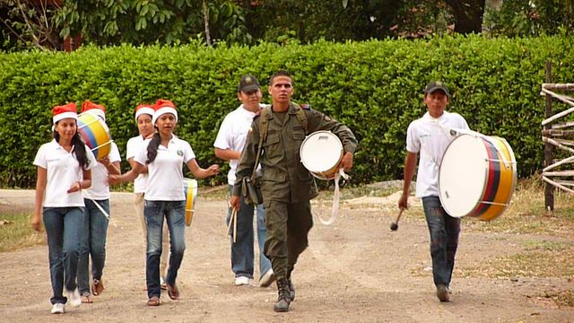 One morning when I camped in a school, I see come to me this group of young musicians and serious military air rushing over me and asks me what I do there. Best against attack, big smile and told him that the guard me staying there for the night. It happens. Remolino, Colombia