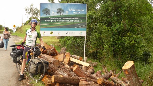 Behind my friend Samuel cyclovagabond of chance on the roads of Colombia, a panel of the comic saw the pile of wood left front. Long live the trees! The situation is even more tragicomic Samuel raises funds for its journey by bicycle to save a rainforest in Paraguay. Mondomo, Colombia