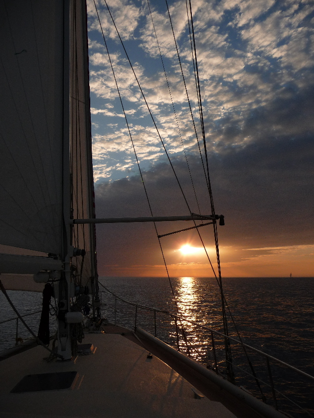 Atlantic, between Agadir and Lanzarote, Canary Islands, a day. <br> Because in sailing sunsets are always more beautiful.