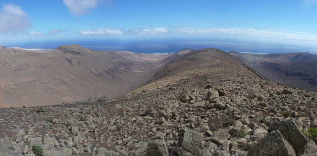 20 Oct 2008<br>Zarza Pico, the highest point of the island of Fuerteventura, 807m. Wind, impossible to consider any flight. Advantage of the sea level, it makes a nice walk and quiet monotone verz the top.